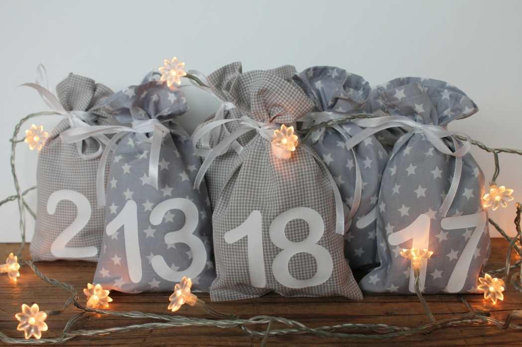 adventskalender mit 24 s ckchen aus stoff in grau rothf chen. Black Bedroom Furniture Sets. Home Design Ideas